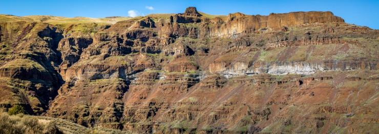 basalt rock formations bordering the deschutes river